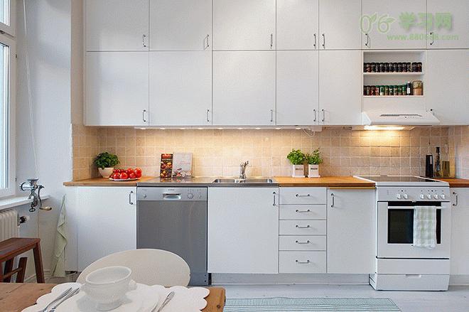 厨房地面的颜色及图案也十分重要,素色的地板会清楚显现污渍,能够节省清洁时间。另外,浅色的地板会令房子更明亮,深色地板则会使房子较暗,过分鲜艳夺目的图案会使画面凌乱,所以在小厨房里铺简单的地面永远是正确的选择。如果地面承重没有问题,则可有多种地砖选择,例如花岗岩、陶瓷砖、赤陶、木料、乙烯基、软木或亚麻油毡。   五、浅色墙砖墙面